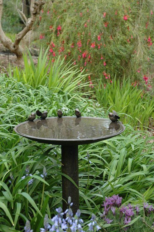 fontaine pour oiseaux dans un jardin